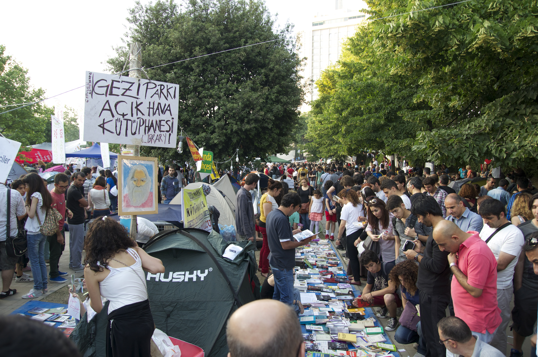 Spontan organisierte Bibliothek im Gezi Park.